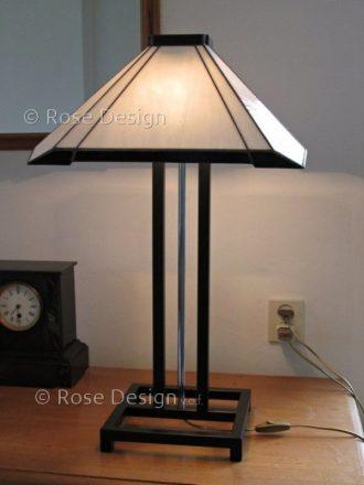 Carré, een Art Deco style Tiffany lamp van Rose design hier gemonteerd als tafellamp.
