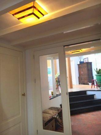 Een interieur foto van Mathe en Ellis met twee Rose Design Scala plaffonières.