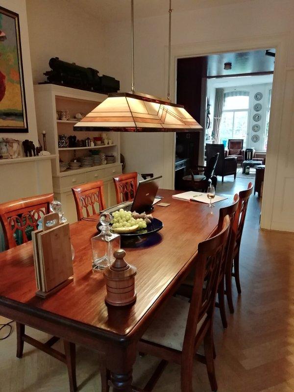 Een interieur foto van Phillip & Luchiena met een Rose Design Diamond hanglamp boven de tafel.